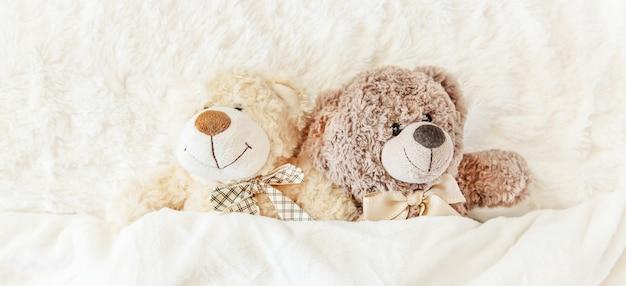 Kinderspeelgoed slaapt onder de deken. kopie ruimte. selectieve aandacht. Premium Foto