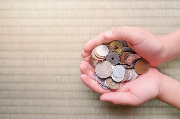 Kindhanden met japans geld Premium Foto