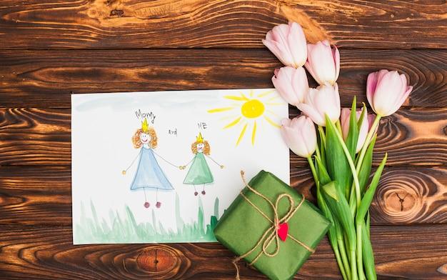 Kindtekening van koningin en prinses met bloemen en geschenkdoos Gratis Foto