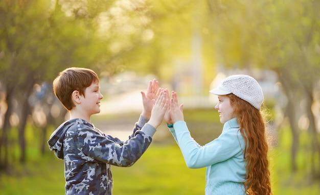 Kindvriend die handen van handen genieten Premium Foto
