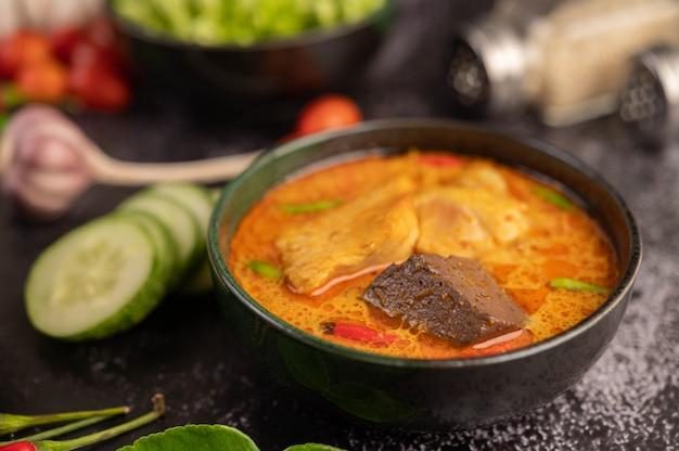 Kip curry in een zwarte kop. Gratis Foto