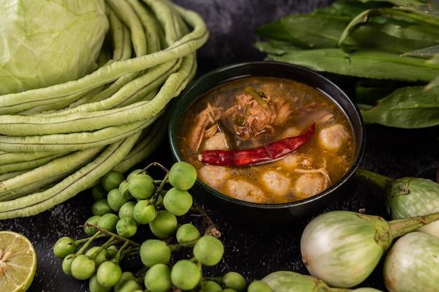 Kip- en gehaktbalsaus met aubergine, chili, kousenband, kool en aubergine. Gratis Foto