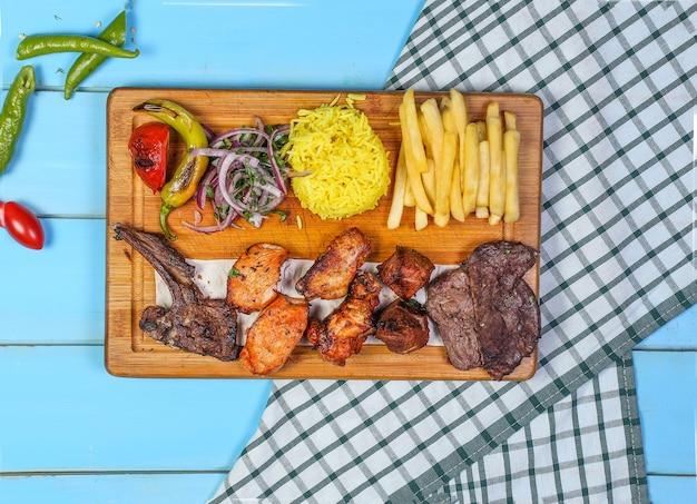 Kip en vleesbarbecue met rijst en groentesalade Gratis Foto