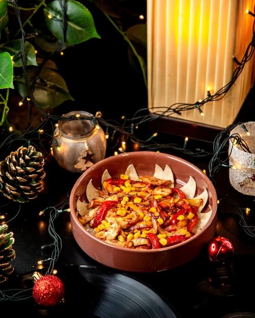 Kip fajitas met rode gele paprika maïs en tomatensaus geserveerd in aardewerk pan Gratis Foto