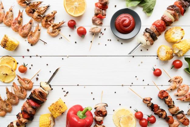 Kip gegrilde spiesjes met groenten frame Premium Foto