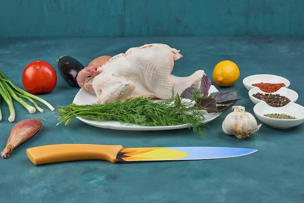 Kip in een witte plaat met kruiden en specerijen. Gratis Foto