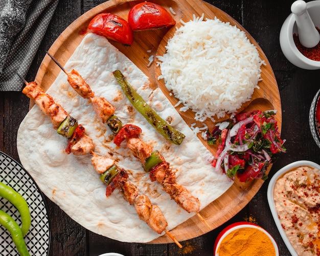 Kip kebab met rijst bovenaanzicht Gratis Foto