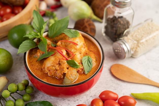 Kip rode curry in een zwarte kop Gratis Foto