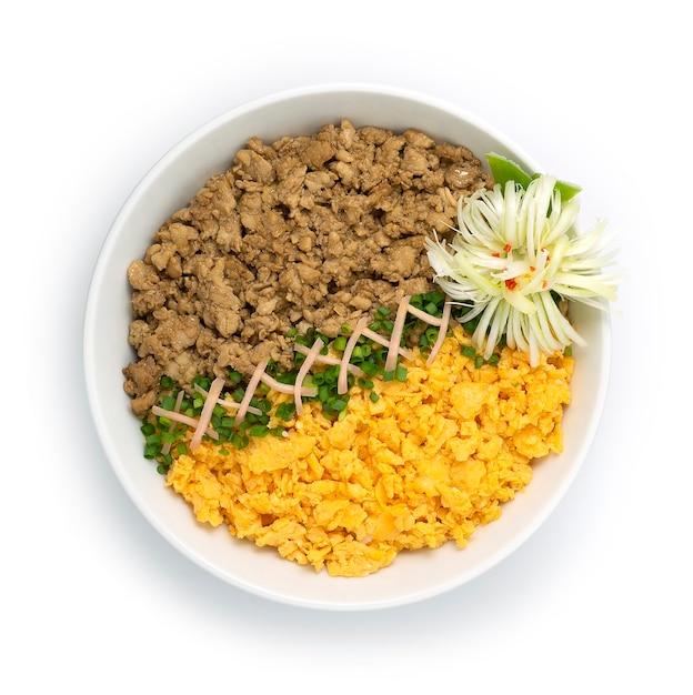 Kip soboro don met ei omelet lente uien japans eten traditionele rijstkom Premium Foto