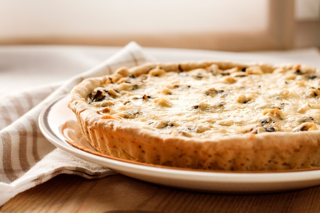 Kip taart met champignons en kaas Premium Foto