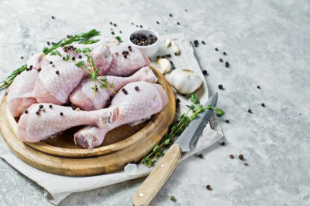 Kipbenen kwartalen. ingrediënten voor het koken: rozemarijn, tijm, knoflook, peper. Premium Foto