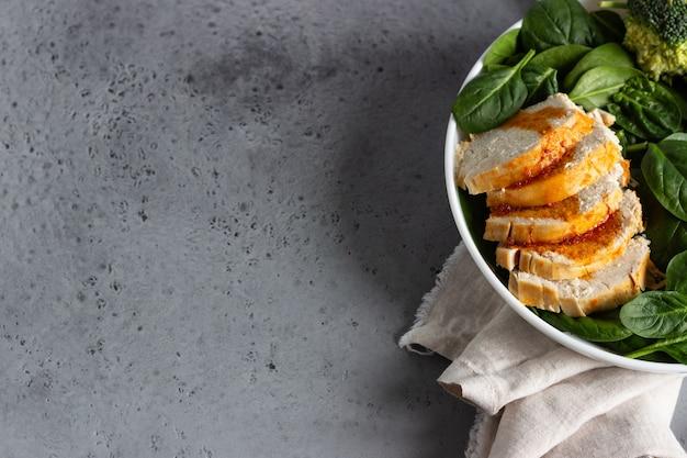 Kipfilet met spinazie, broccoli en citrusdressing Premium Foto