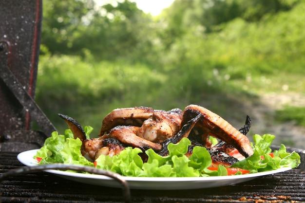 Kippenbenen op de grill met groenten Gratis Foto
