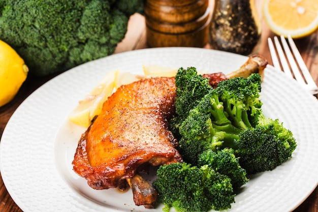 Kippenpoten met groenten op houten lijst. Premium Foto