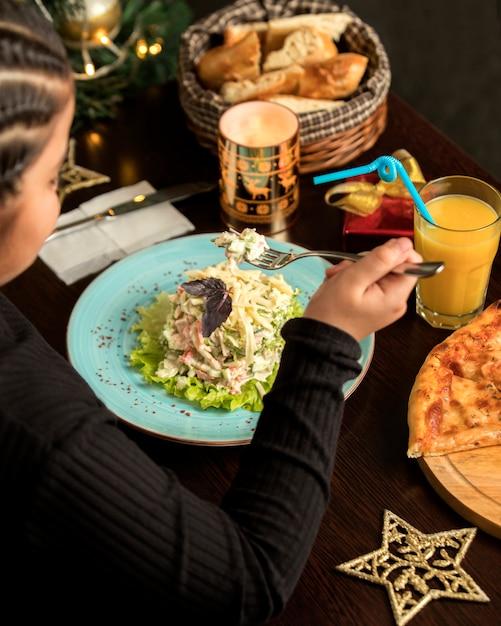 Kippensalade met mayonaise en een glas sinaasappelsap Gratis Foto