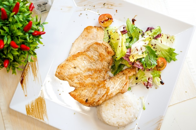 Kippenschotel op een restaurantlijst Gratis Foto