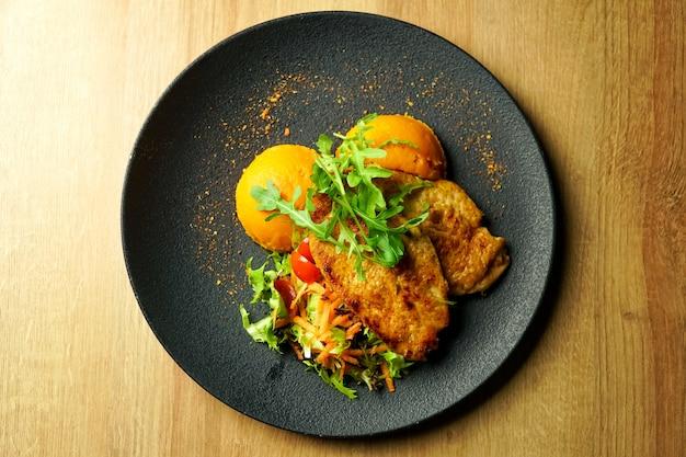 Kippenschotel op een restaurantlijst Premium Foto