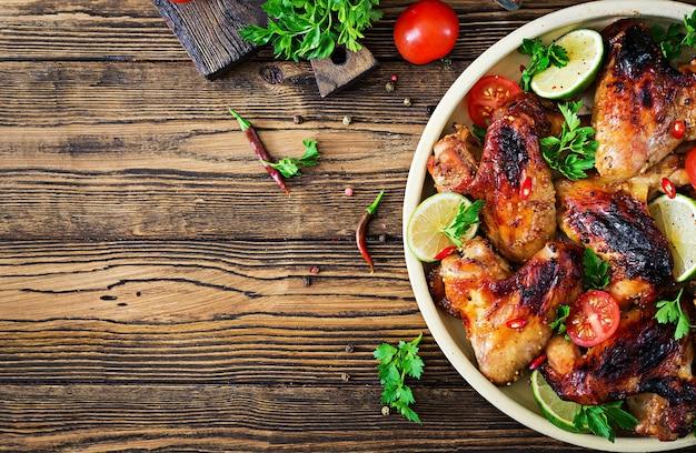 Kippenvleugels van barbecue in zoetzure saus. picknick. zomer menu. smakelijk eten. bovenaanzicht plat leggen Gratis Foto