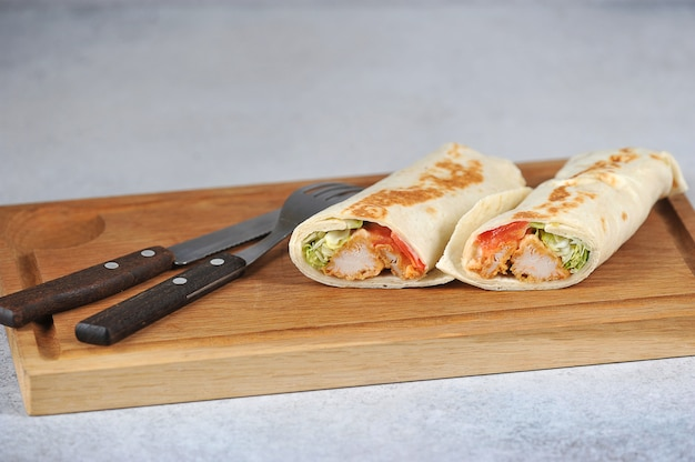 Kipshoarma op houten bord Premium Foto