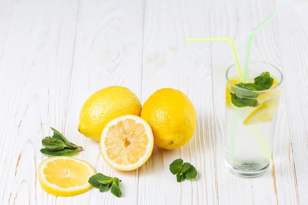 Klaar vers citrus muntdrank en citroenen Gratis Foto