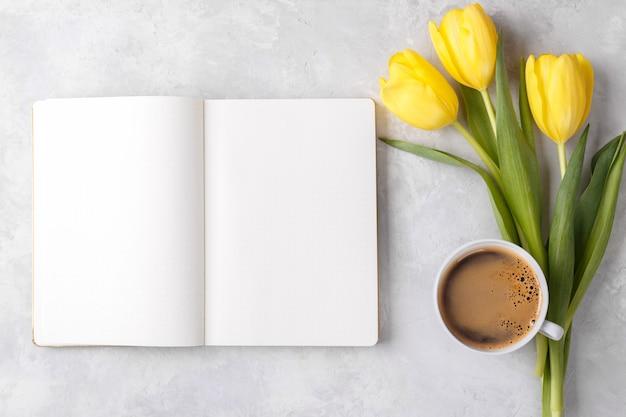 Kladblok koffie en bloemen Premium Foto