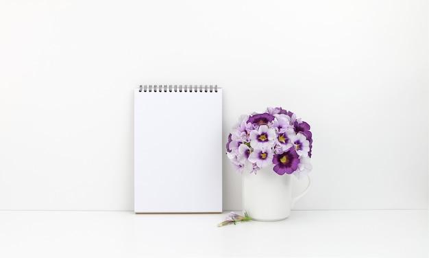 Kladblok met bloemen Premium Foto