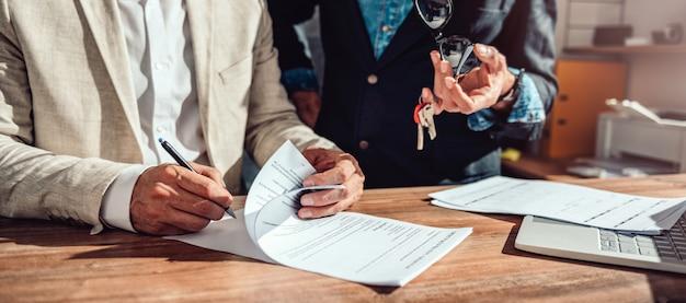 Klant ondertekening onroerend goed verkoopcontract Premium Foto