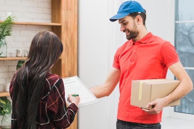 Klant ondertekening voor pakket van koerier Premium Foto