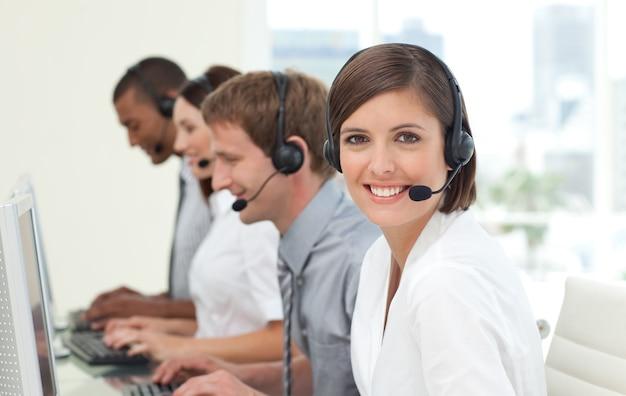 Klantenservice-agenten in een callcenter Premium Foto
