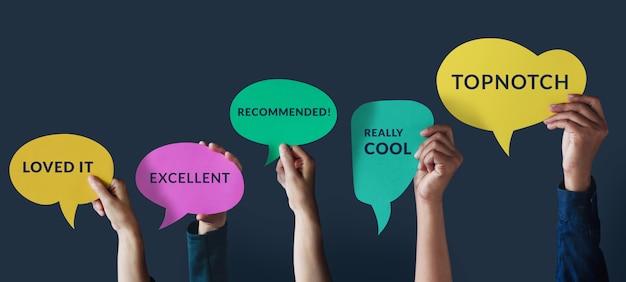 Klantervaringen concept. groep gelukkige mensen stak de hand op om een positieve recensie te geven op de tekstballonkaart. klanttevredenheidsonderzoeken. Premium Foto