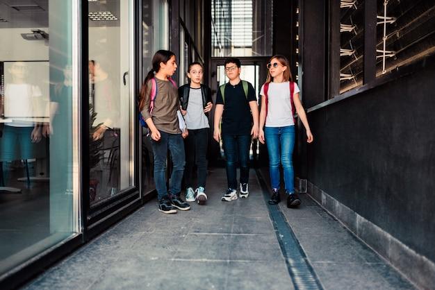 Klasgenoten gaan naar de school Premium Foto