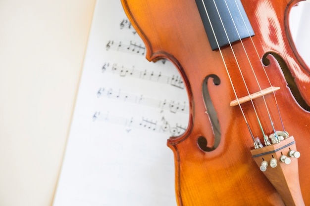 Klassiek houten vioolkoord op muzieknoot Gratis Foto