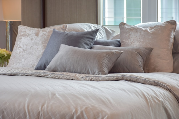 Klassiek slaapkamerbinnenland met hoofdkussens en lezingslamp op bedlijst Premium Foto