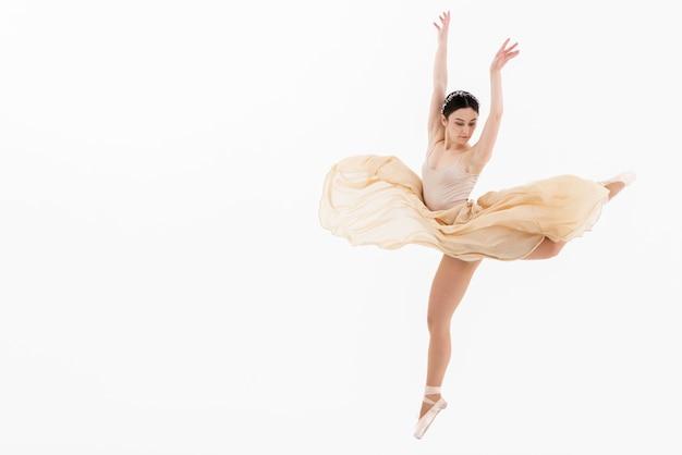 Klassieke balletvrouw die dans uitvoert Gratis Foto