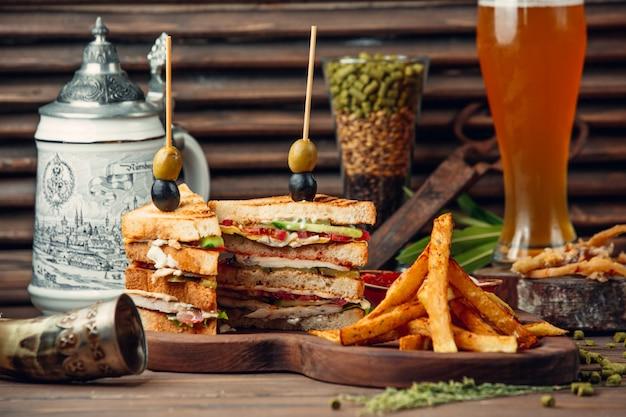 Klassieke clubsandwich met frieten Gratis Foto