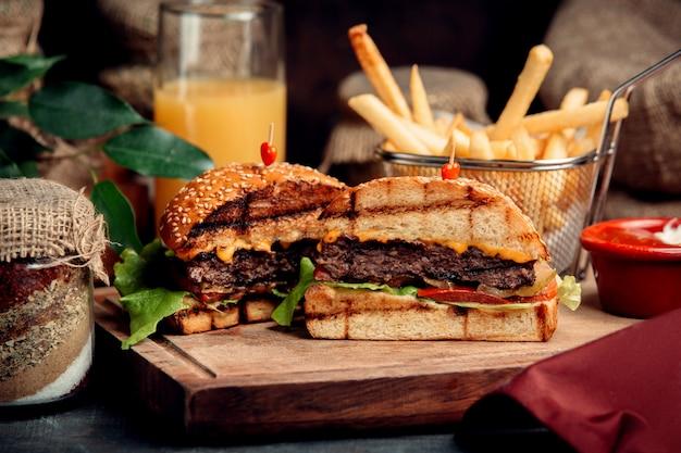 Klassieke gesneden hamburger op de tafel Gratis Foto