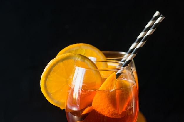 Klassieke italiaanse aperol spritz cocktail op zwart. detailopname. geïsoleerd. Premium Foto