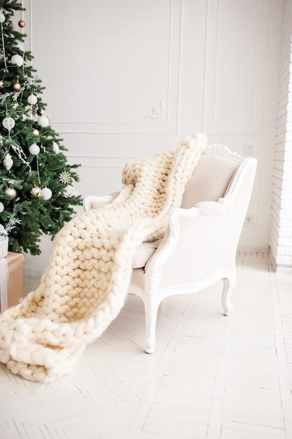 Klassieke kerstmis nieuwjaar ingericht interieur kamer nieuwjaar boom Premium Foto