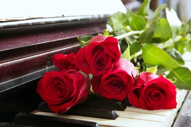 Klassieke rode rozen op piano vintage romantische valentines Premium Foto