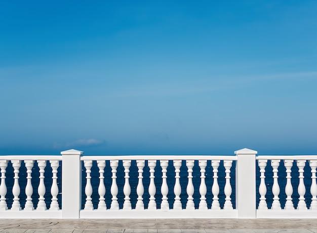 Klassieke romeinse witte betonnen reling buiten het gebouw op het terras Gratis Foto