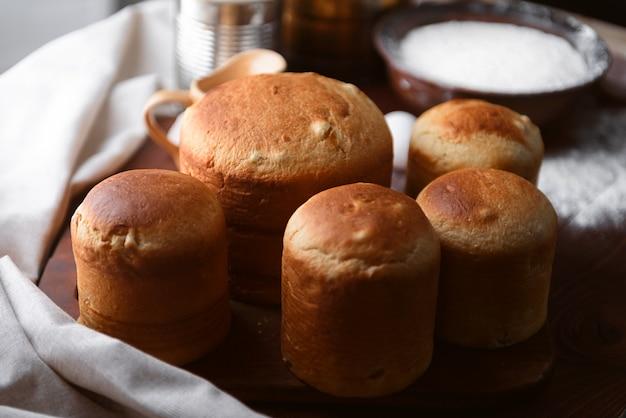 Klassieke slavische pasen-cakes met ingrediënten in een rustieke stijl Premium Foto