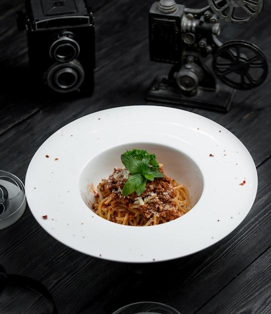 Klassieke spaghetti bolognese met parmezaanse kaas Gratis Foto