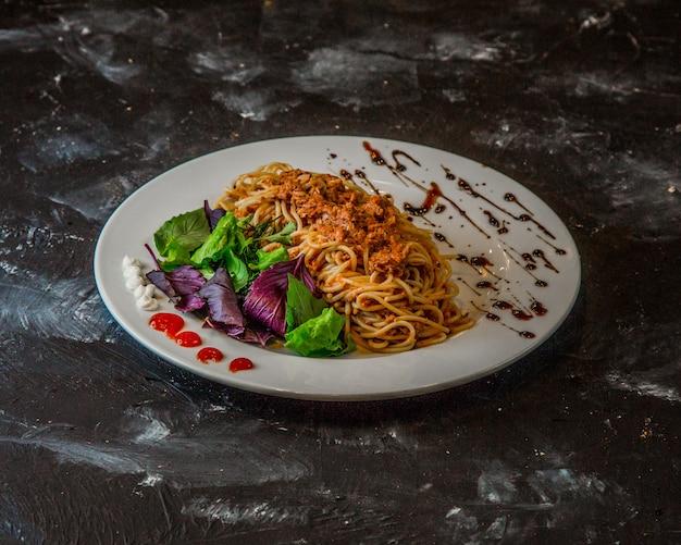 Klassieke spaghetti bolognese op de tafel Gratis Foto