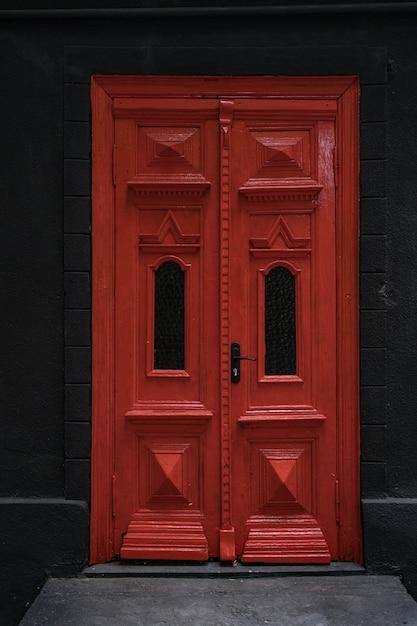Klassieke toegangsdeuren voor huizen en herenhuizen als decoratie van de entree Gratis Foto