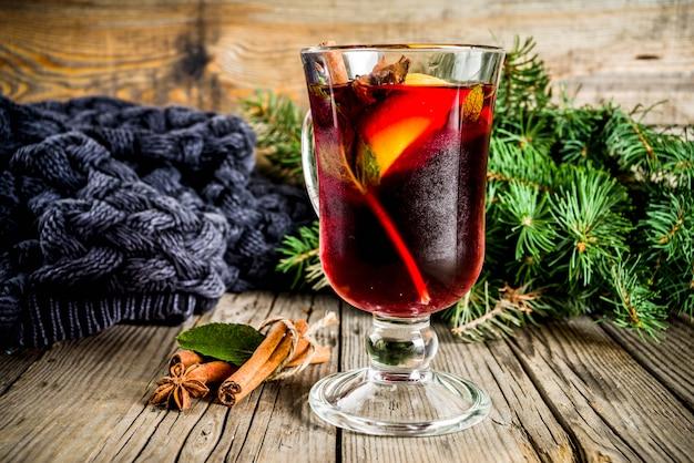 Klassieke warme warme herfstdrank, glühweincocktail met kruiden Premium Foto