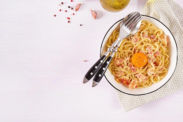 Klassieke zelfgemaakte carbonara-pasta met pancetta, ei, harde parmezaanse kaas en roomsaus. Gratis Foto