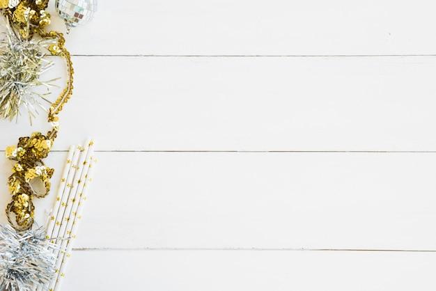 Klatergoud met kleine snuisterij op houten tafel Gratis Foto