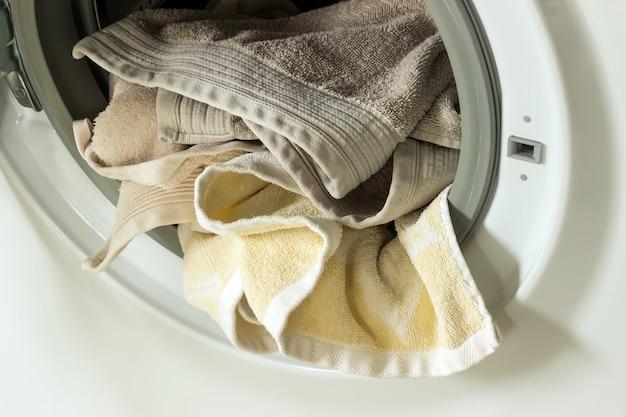 Kleding in de wasmachine. concept-was, huishoudelijk werk, huis schoonmaken. Premium Foto