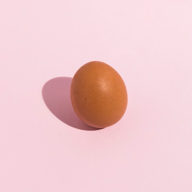 Klein bruin kippenei op roze lijst Gratis Foto
