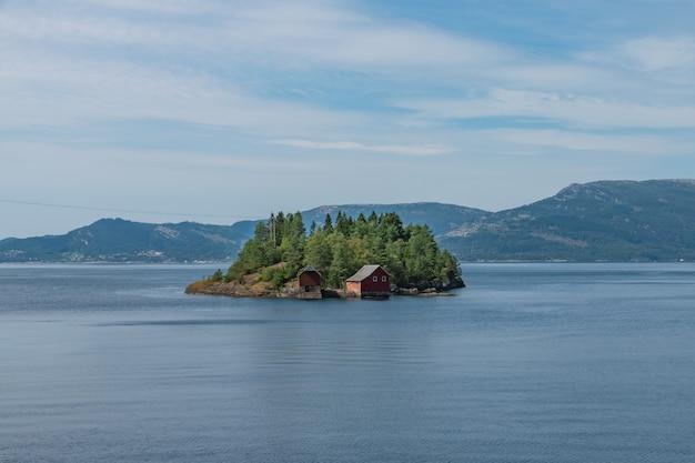 Klein eiland midden in het meer in het zuiden van noorwegen Gratis Foto